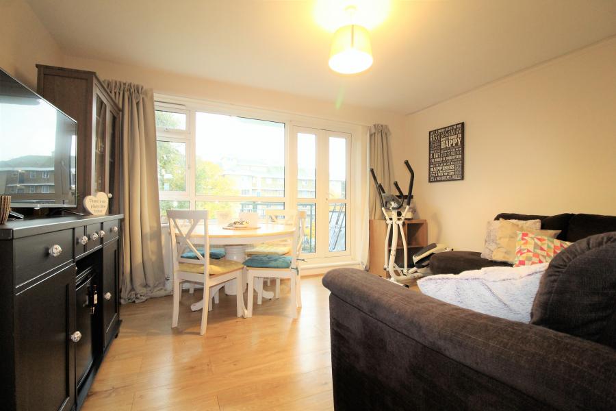 Spacious Two Bedroom Flat Near Southfields Underground